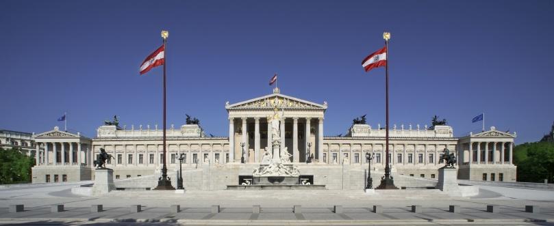 Blick auf die Fassade des Parlamentsgebäudes von der Ringstraßenseite.