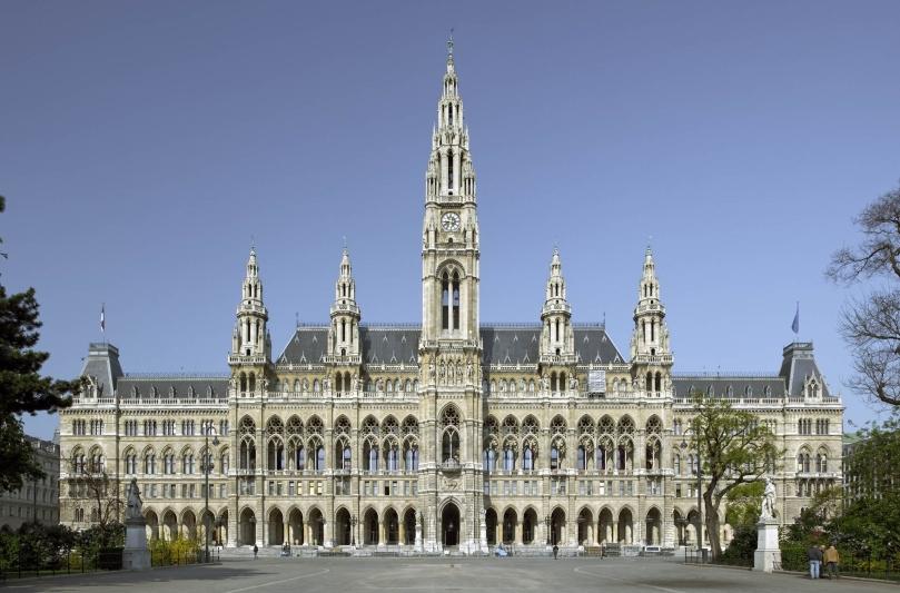 Rathaus vom Rathausplatz aus gesehen