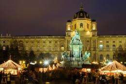 Gospelchöre und Turmbläser sorgen am Weihnachtsmarkt am am Maria-Theresien-Platz oft für feierliche Untermalung, Wien, Österreich