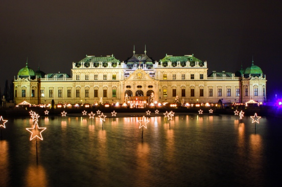 Seit 2003 verzaubern 40 edle Verkaufsstände ihre Besucher vor dem Schloss Belvedere mit prachtvollem Lichterglanz und opulentem Barock, Wien, Österreich